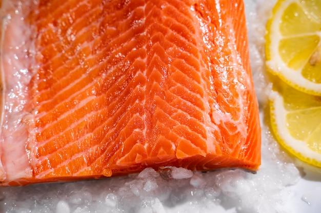 Plasterki świeżego surowego łososia