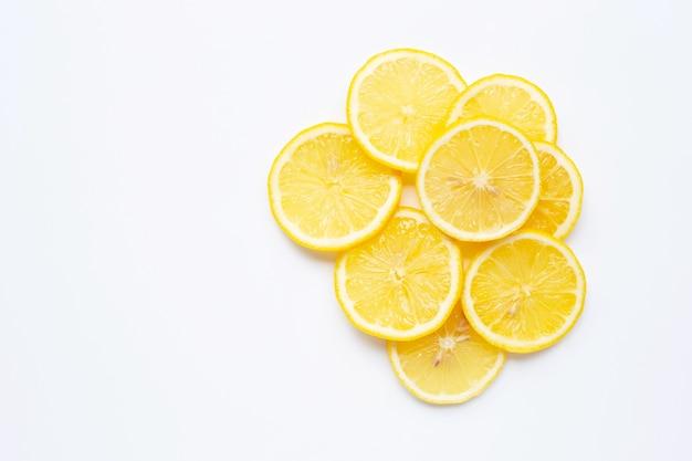 Plasterki świeżej cytryny na białym tle