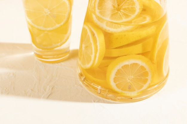 Plasterki świeżej cytryny pod wysokim kątem w szkle z lemoniadą