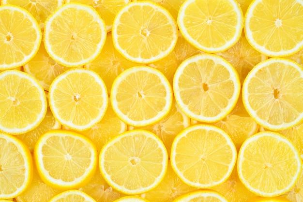 Plasterki świeżych soczystych żółtych cytryn. tekstura tło, wzór.
