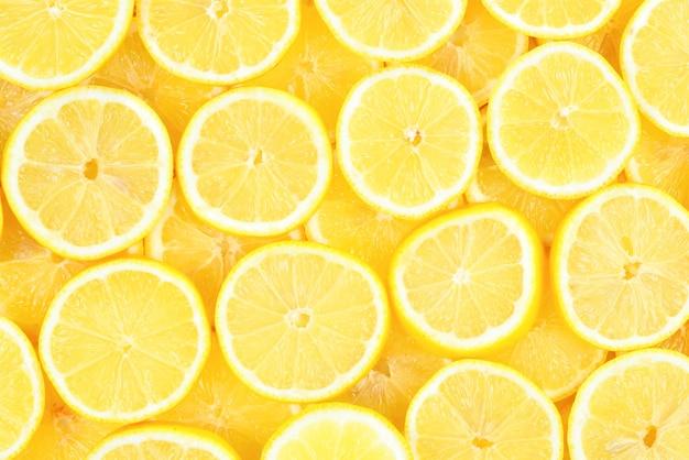 Plasterki świeżych soczystych żółtych cytryn