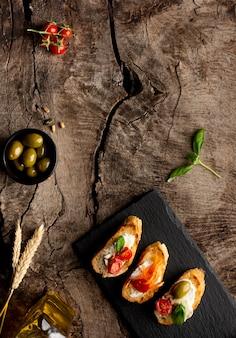 Plasterki widok z góry z pomidorami i śmietaną