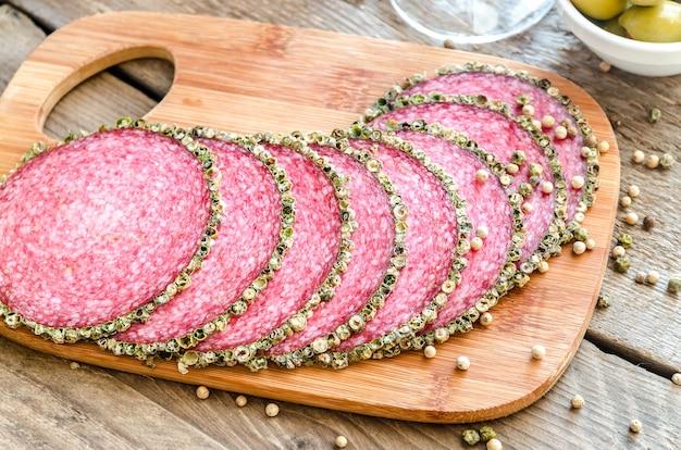 Plasterki włoskiego salami na deski do krojenia