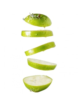 Plasterki zielone jabłko na białym tle odizolowane