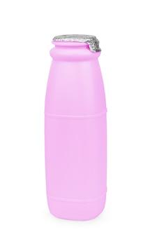 Plastikowa butelka jogurtu na białym tle.