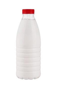 Plastikowa butelka mleka z czerwoną pokrywką izoluje na białym tle