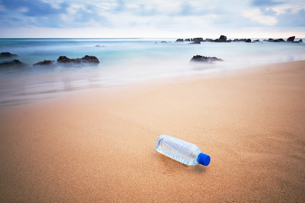 Plastikowa butelka na plaży.