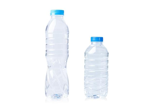 Plastikowa butelka na wodę o dużych i małych rozmiarach.