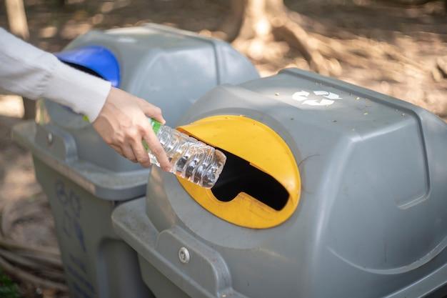 Plastikowa butelka, plastikowa butelka śmieci do ponownego wykorzystania koncepcji recyklingu