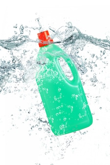 Plastikowa butelka spada w wodzie