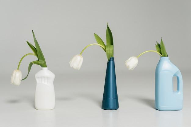 Plastikowa butelka wielokrotnego użytku z kwiatami