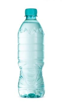 Plastikowa butelka wody mineralnej na białym tle