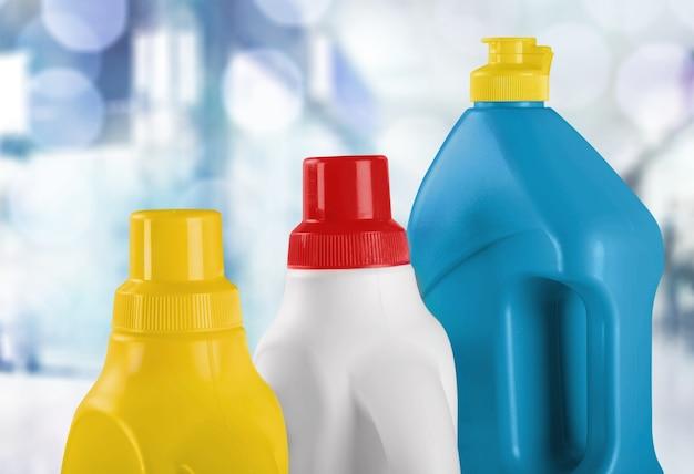 Plastikowa butelka z chemią gospodarczą na jasnym tle