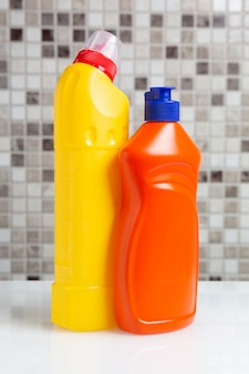 Plastikowa butelka ze środkiem czyszczącym na stole