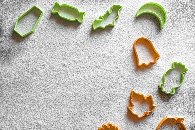 Plastikowa foremka do ciastek halloween biała mąka w proszku cukierek z liści dyni