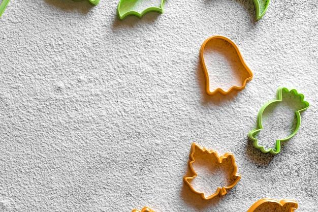 Plastikowa foremka do ciastek halloween biała mąka w proszku dynia cukierek trzciny duch