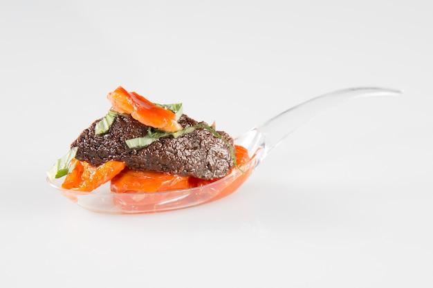 Plastikowa łyżka do aperitifu lub imprezy z pomidorami i tapenade