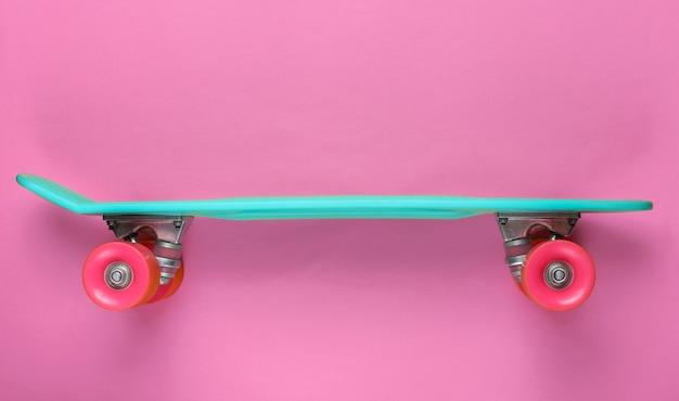 Plastikowa mini deska cruiser. trend w pastelowych kolorach. letnia zabawa. minimalistyczna koncepcja młodzieży. widok z góry