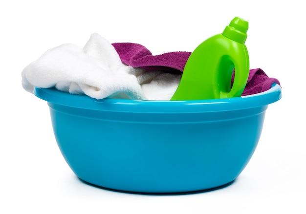 Plastikowa pusta umywalka na białym tle