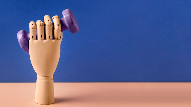 Plastikowa ręka trzyma hantle