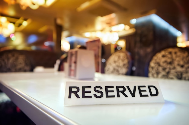 Plastikowa tabliczka z napisem reserved na stole restauracyjnym