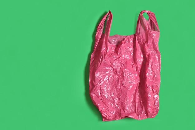 Plastikowa torba na zielonym tle