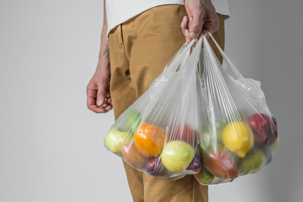 Plastikowa torba produktów z supermarketu.