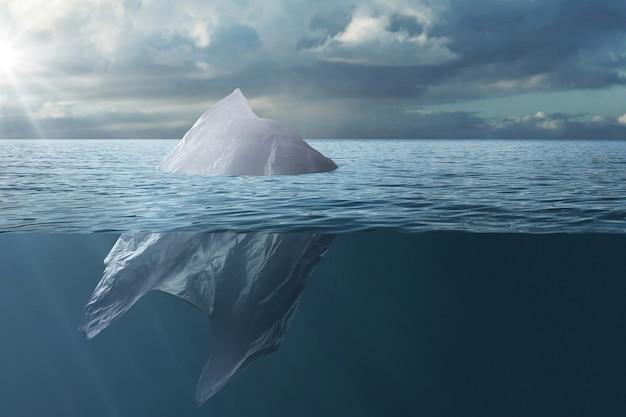 Plastikowa torba unosząca się w morzu jak góra lodowa.