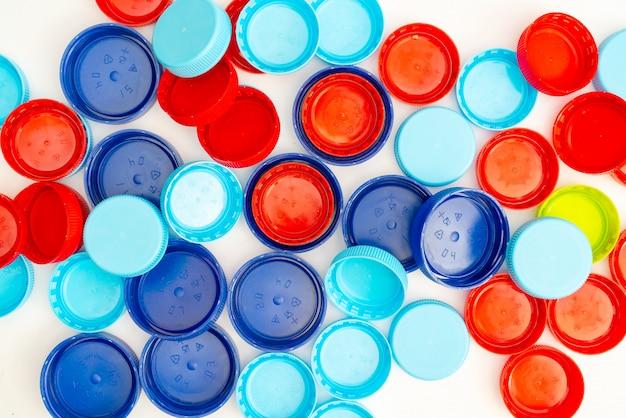 Plastikowe butelek nakrętki na białym tle