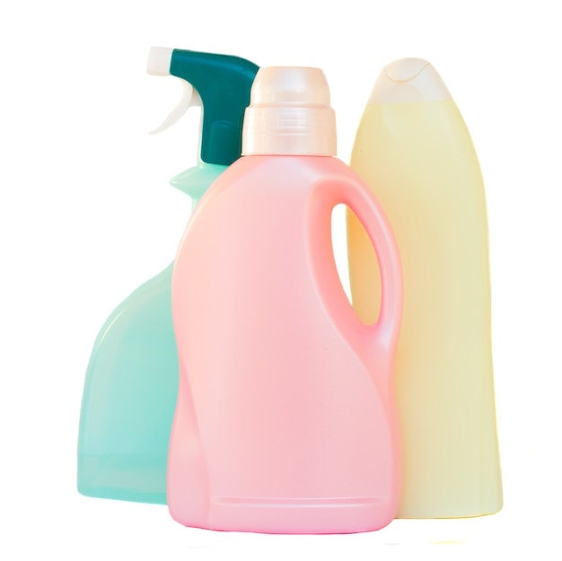 Plastikowe butelki detergentu na białym tle