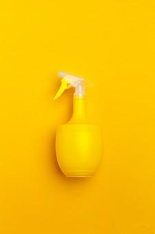 Plastikowe butelki do mycia w sprayu z żółtym płynem