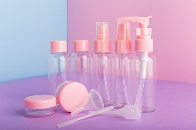 Plastikowe butelki do pakowania produktów higienicznych, kosmetyki do podróży zestaw kosmetyków. makieta