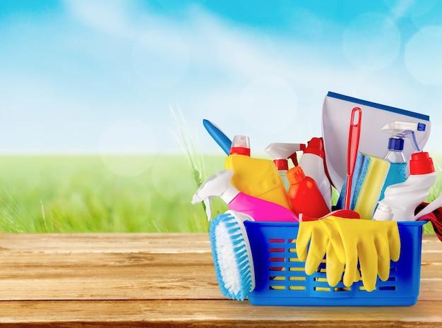 Plastikowe butelki, gąbki do czyszczenia i rękawiczki na niebieskim tle