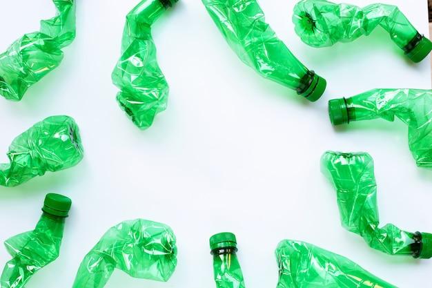 Plastikowe butelki na białym tle.
