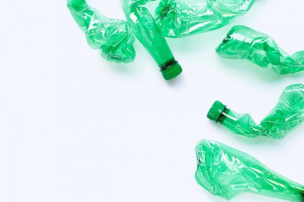Plastikowe butelki na białym tle