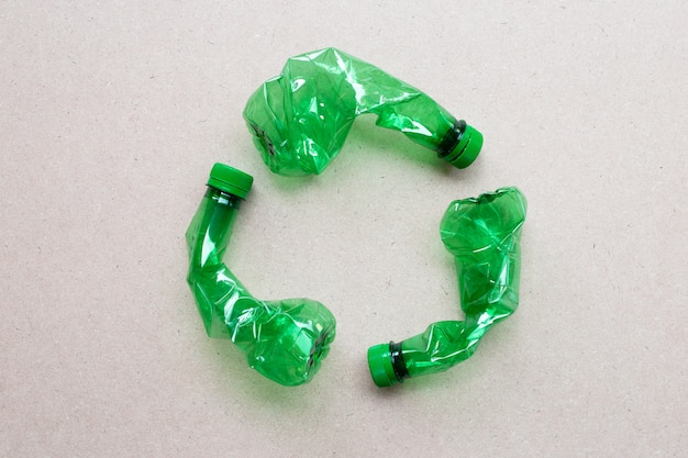 Plastikowe butelki na sklejkowym tle.