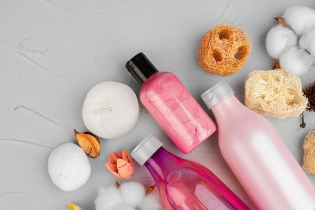 Plastikowe butelki składu produktów do pielęgnacji ciała i urody z bliska