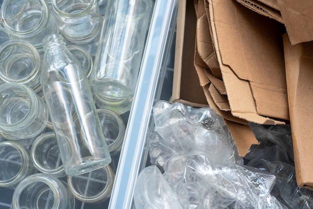 Plastikowe butelki, szkło i karton są sortowane do recyklingu.