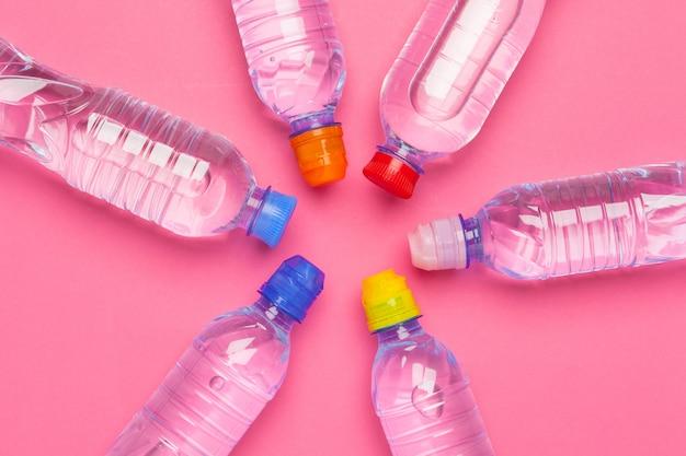 Plastikowe butelki z czystą wodą widok z góry miejsca na tekst