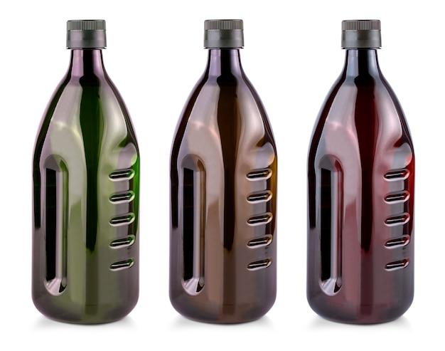 Plastikowe butelki z oliwą z oliwek na białym tle