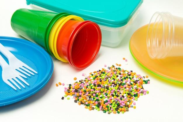 Plastikowe granulki i jednorazowa zastawa stołowa