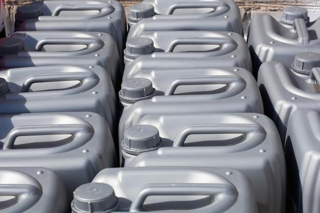 Plastikowe kanistry koloru szarego w magazynie, produkcji, fabryce. powierzchni z plastikowych kanistrów