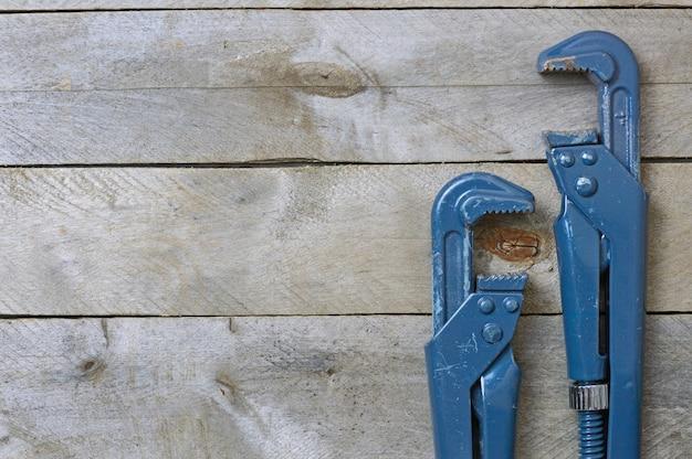 Plastikowe klucze na drewnianym tle, miejsce na tekst