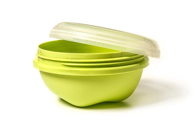 Plastikowe naczynia z pokrywką na jedzenie na białym tle