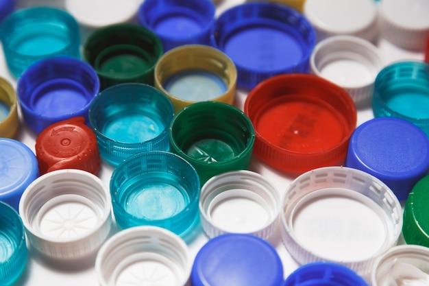 Plastikowe nakładki. koncepcja recyklingu.