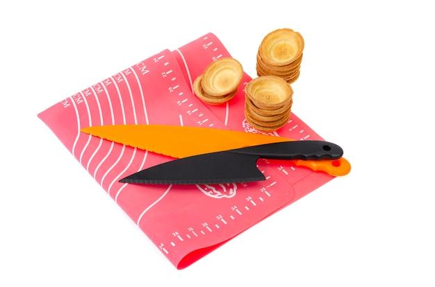 Plastikowe noże kuchenne kolorowe na białym tle. studio photo