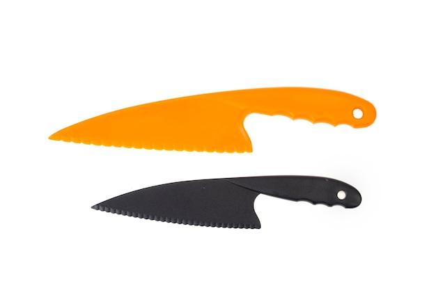 Plastikowe noże kuchenne kolorowe na białym tle