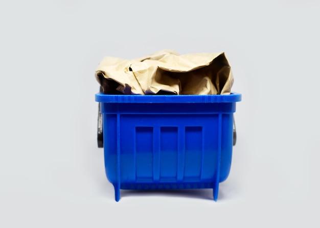 Plastikowe odpady zabawkowe mogą pojemnik na śmieci wypełniony papierowymi śmieciami