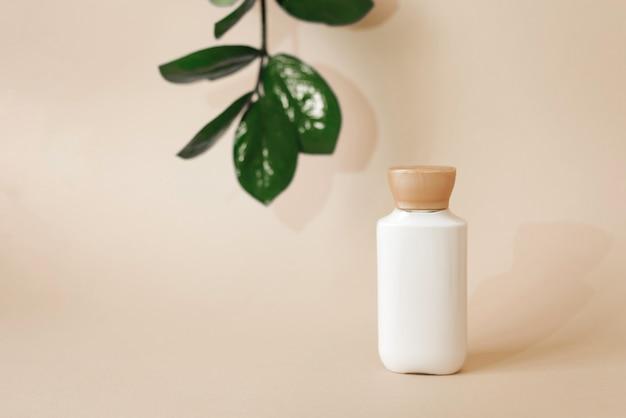 Plastikowe opakowanie na kosmetyki naturalne organiczne, układ z liśćmi