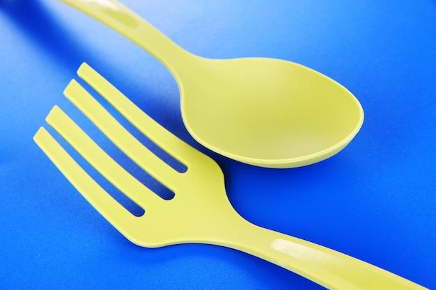 Plastikowe przybory kuchenne na niebieskim stole